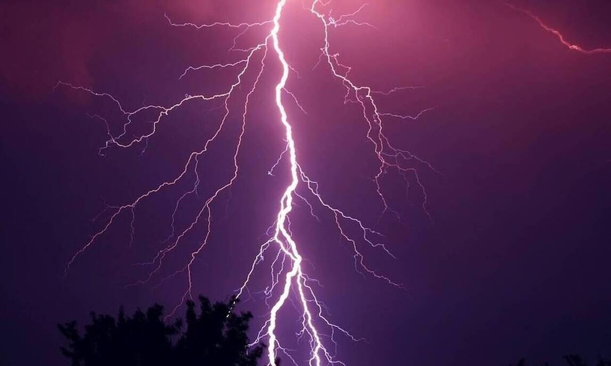 Λήμνος: Κεραυνός άνοιξε τρύπα στην οροφή σπιτιού - Απίστευτες εικόνες