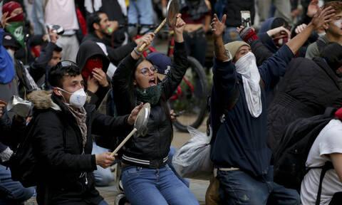 Κολομβία: Κινητοποιήσεις έξω από το σπίτι του προέδρου με… κατσαρόλες και απαγόρευση της κυκλοφορίας