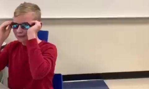 Συγκινητικό: 12χρονος βλέπει τα χρώματα για πρώτη φορά στη ζωή του - Δείτε την αντίδρασή του