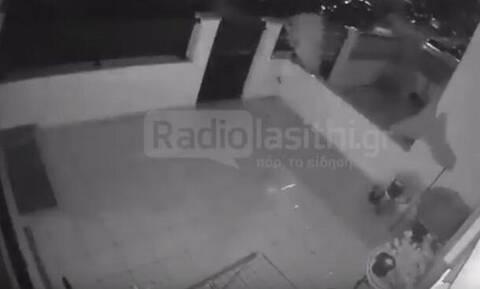 Κρήτη: Η στιγμή που ανεμοστρόβιλος περνά μέσα από την Ιεράπετρα - Αποκαλυπτικό βίντεο