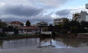 Αττική: «Λίμνη» το προαύλιο στο 2ο Δημοτικό Βούλας
