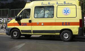 Λειβαδιά: «Καρφώθηκε» με το Ι.Χ. σε δέντρο και γλίτωσε – Μόλις βγήκε, σκοτώθηκε από διερχόμενο όχημα