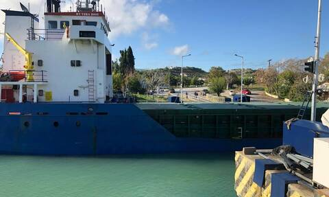Κόρινθος: Kαράβι  «κόλλησε» στη γέφυρα των Ισθμίων