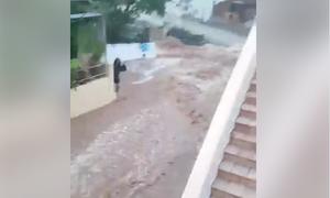 «Πνίγηκε» η Σύμη από την κακοκαιρία: Ορμητικοί χείμαρροι και δρόμοι ποτάμια