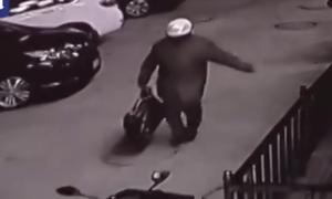 Βίντεο – σοκ: Πατέρας βάζει το γιο του σε τσάντα και τον αφήνει έξω από κτήριο (video)