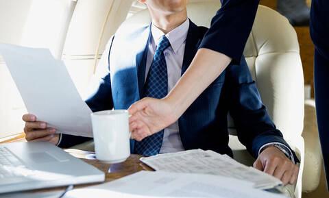 Πίνεις καφέ στο αεροπλάνο; Μην το ξανακάνεις