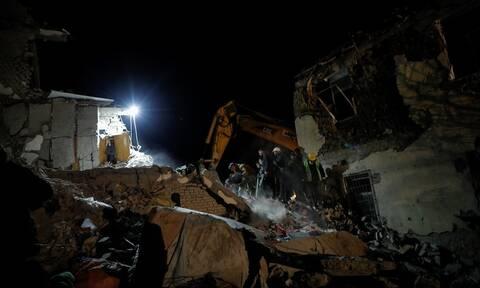 Σεισμός στην Αλβανία: Νύχτα αγωνίας για τους εγκλωβισμένους - Δεκάδες οι νεκροί (pics+vids)