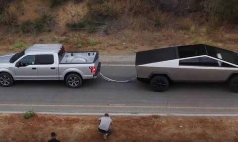 Δείτε το Tesla Cybertruck να τραβά στη διελκυστίνδα ένα Ford F-150. Είναι όμως δίκαιη η κόντρα;