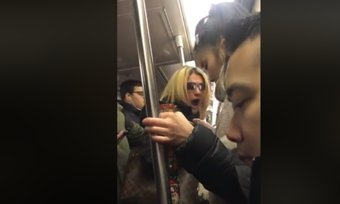 Βίντεο – σοκ: Απίστευτη ρατσιστική επίθεση μέσα σε μετρό με γυναίκα να χτυπά άλλη επιβάτη