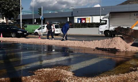 Χάος στη Λεωφόρο Βουλιαγμένης μετά από διαρροή ελαιόλαδου από φορτηγό (pics)