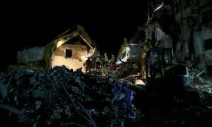 Σεισμός Αλβανία-Θρήνος και αγωνία στα συντρίμμια: Μάχη για να απεγκλωβίσουν παγιδευμένες οικογένειες