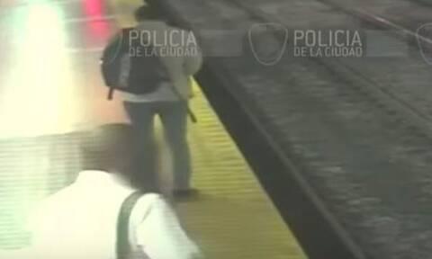 Βίντεο που κόβει την ανάσα: Κοιτούσε το κινητό του και έπεσε στις γραμμές του Μετρό