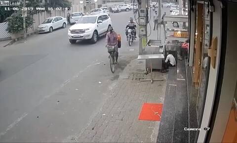Απίστευτη κλοπή! Του πήραν το κινητό μέσα από τα χέρια (pics+vid)