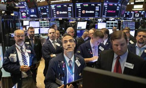 Σπάνε όλα τα ρεκόρ οι δείκτες στη Wall Street - Πτώση για το πετρέλαιο