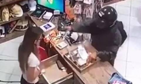 Βίντεο-σοκ: Κρανοφόρος εισέβαλε σε κατάστημα και πυροβόλησε εν ψυχρώ την υπάλληλο