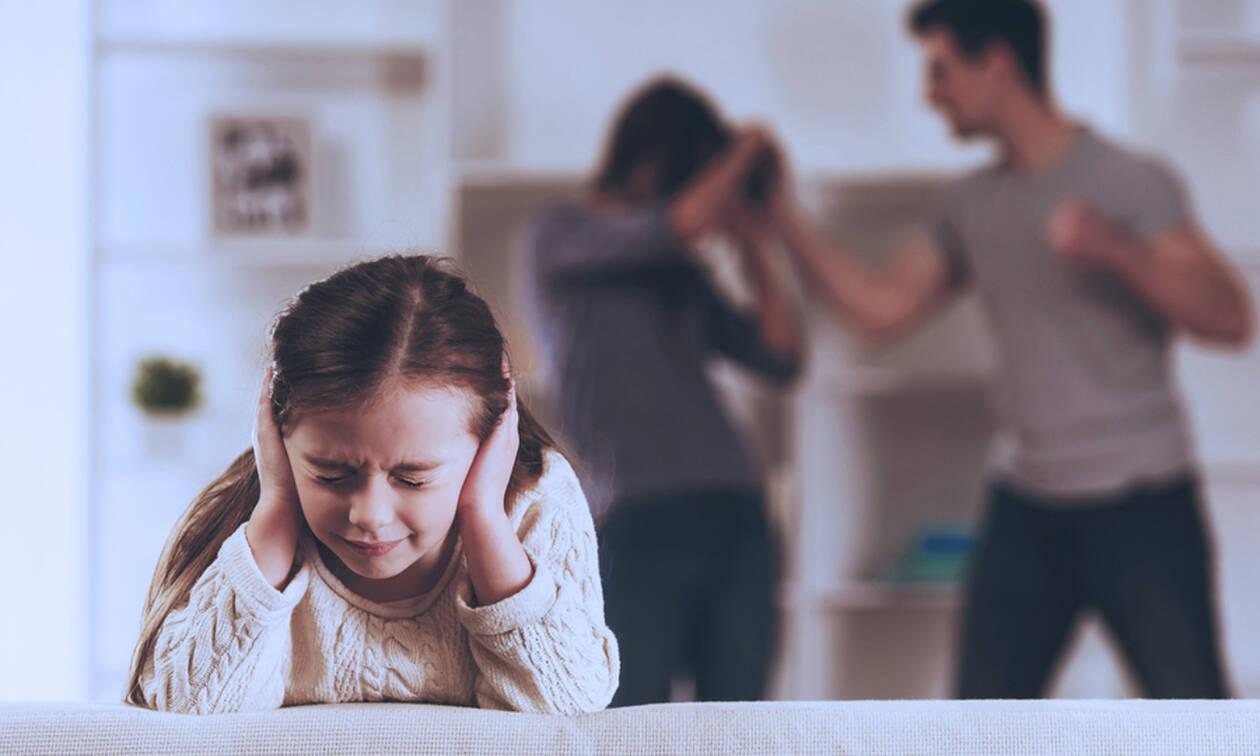 Πώς προστατεύεται το θύμα ενδοοικογενειακής βίας; Δείτε τι προβλέπει ο νόμος