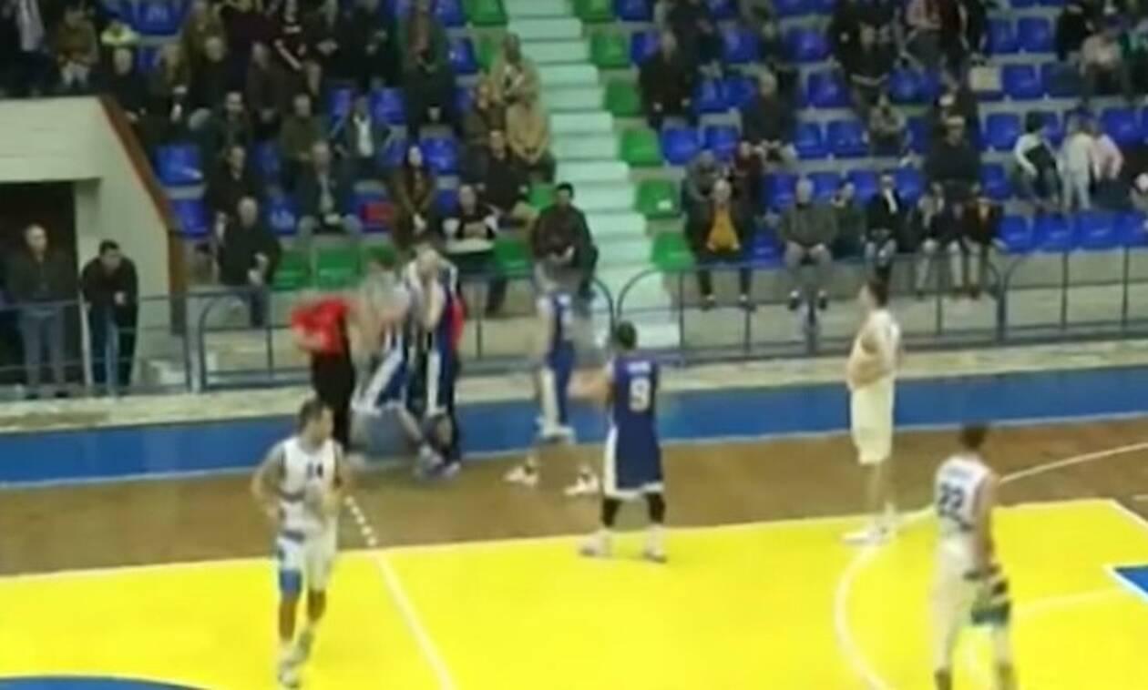 Σοκ: Μπασκετμπολίστας έριχνε μπουνιές σε διαιτητή μέχρι να τον ξαπλώσει! (vid)