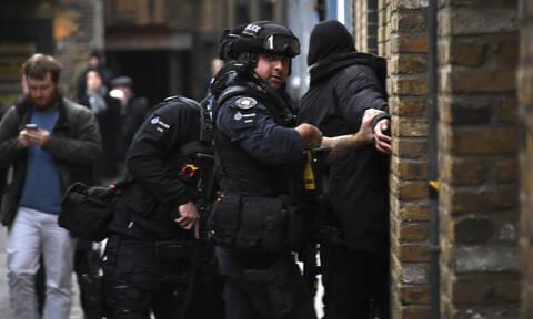 Επίθεση στη Γέφυρα του Λονδίνου: Πανικός, πυροβολισμοί και ουρλιαχτά – Νεκρός ο δράστης