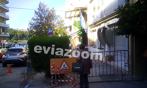Χαλκίδα: Άνοιξε το πεζοδρόμιο και την «κατάπιε», ενώ έκανε ανάληψη από ATM
