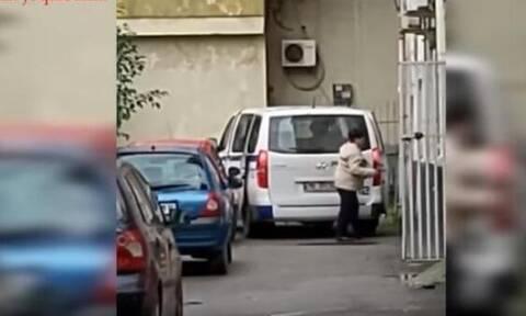 Αλβανία: Βίντεο σοκ - Αστυνομικός διοικητής κλέβει ανθρωπιστική βοήθεια για τους σεισμόπληκτους