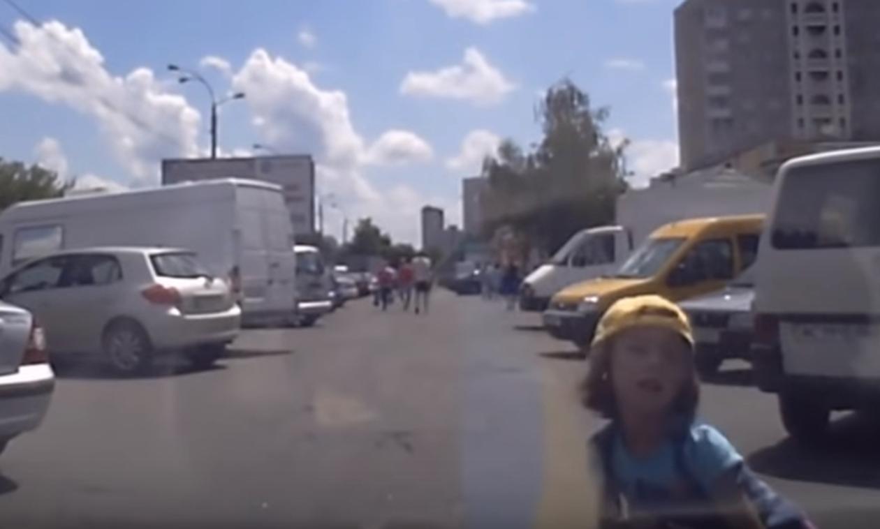 Όταν οι γονείς είναι απρόσεκτοι - Συγκλονιστικό βίντεο  (vid)