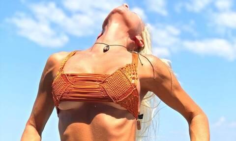 «Φωτιά»! Η πιο σέξι Ελληνίδα μάνα ποζάρει βρεγμένη και ολόγυμνη (photos)