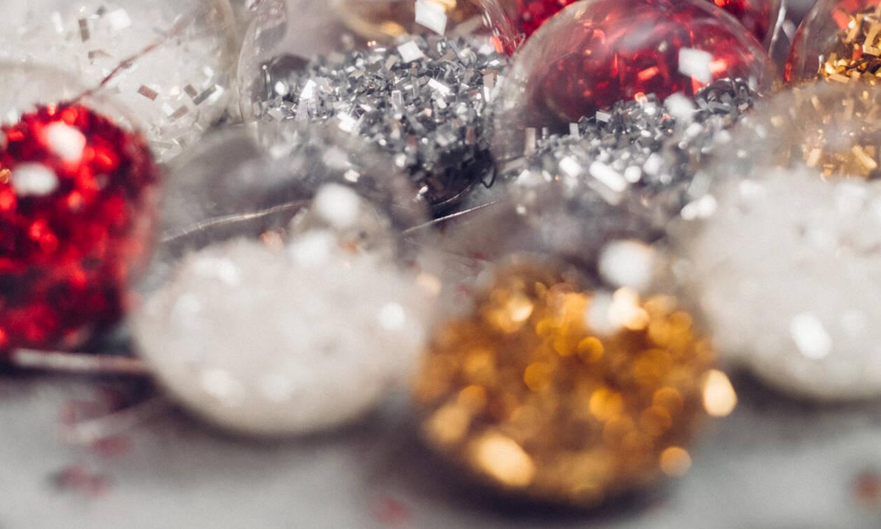 Έσπασε η γυάλινη χριστουγεννιάτικη μπάλα; Να πώς θα μαζέψεις τα γυαλιά χωρίς σκούπα