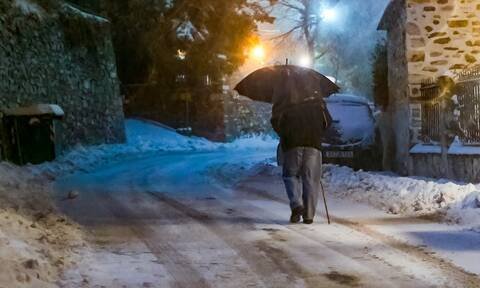 Καιρός ΤΩΡΑ: Το «έστρωσε» στη βόρεια Ελλάδα - Δείτε πού χιονίζει (pics&vids)
