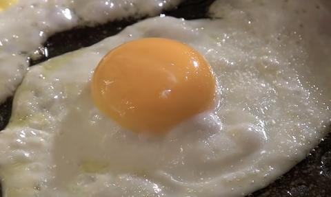 Τόσο καιρό φτιάχνατε λάθος τα τηγανητά αυγά σας! Δείτε τι πρέπει να κάνετε (vid)