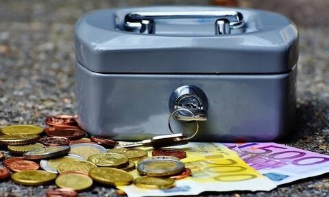 ΟΠΕΚΑ: «Βρέχει» χρήματα πριν τα Χριστούγεννα για τους δικαιούχους επιδομάτων