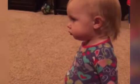 Δείτε πώς αντιδρά το μωρό όταν ο μπαμπάς του παίζει αυτό το μουσικό όργανο (vid)