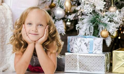 Πώς μπορούν οι γονείς να μην κακομάθουν τα παιδιά με τα πολλά δώρα στις γιορτές; (pics)