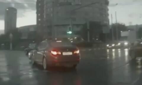 Απίστευτο τρακάρισμα! Αυτοκίνητο «φάντασμα» εμφανίστηκε από το πουθενά - Αλήθεια ή μοντάζ; (vid)