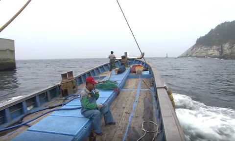 Τρομερή «μάχη» ψαράδων - Δείτε τι σήκωσαν από τι θάλασσα (video)