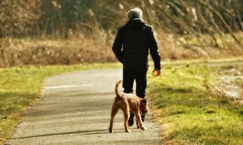 Φρίκη σε πάρκο: Έβγαλε βόλτα το σκύλο και ανακάλυψε τυχαία το πτώμα της κόρης του (pics)
