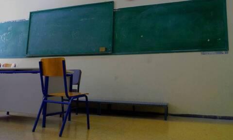 Πάτρα: Έριξαν καπνογόνο και κροτίδα σε καθηγήτρια επειδή δεν τους άφησε να καπνίσουν!