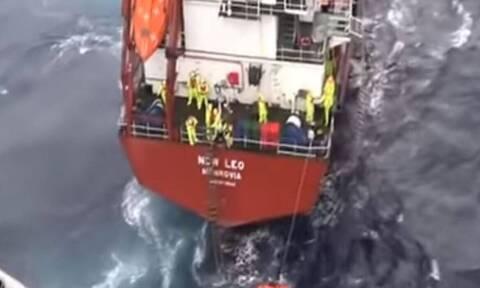 Καρέ - καρέ η συγκλονιστική διάσωση του ακυβέρνητου πλοίου στη Σκύρο