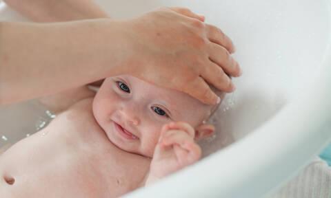 Πώς κάνουμε μπάνιο το νεογέννητο - Ένα βίντεο με απαντήσεις σε κάθε πιθανή ερώτηση (vid)