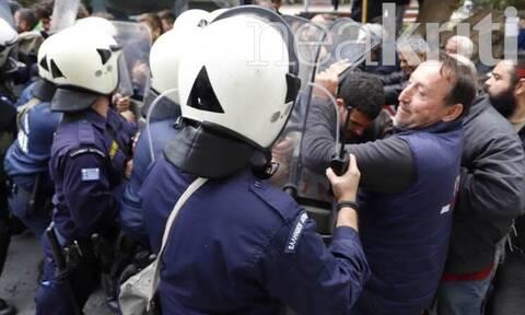 Ηράκλειο: Συμπλοκή αστυνομικών και αγροτών - Χημικά και ένταση