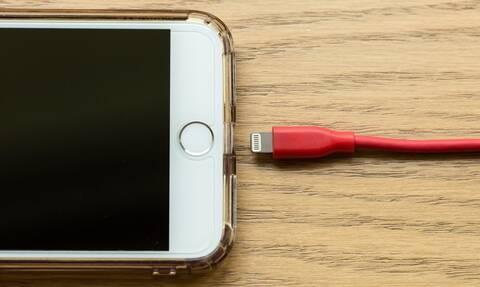 Σας αφορά: Ο τρόπος που φορτίζετε το κινητό σας κρύβει μεγάλο κίνδυνο (pics)