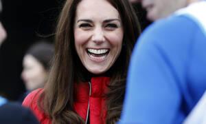 Βρήκαμε το αγαπημένο κόκκινο μπουφάν της Kate Middleton που δεν αποχωρίζεται ποτέ