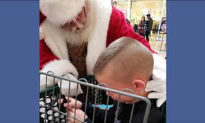 Συγκινητικό! Άγιος Βασίλης ηρεμεί 8χρονο αγοράκι που περίμενε έξι χρόνια για να τον δει (pics)
