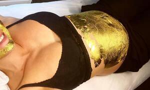 Κάλυψε το πρόσωπο και την φουσκωμένη κοιλίτσα της με μάσκα χρυσού (pics)