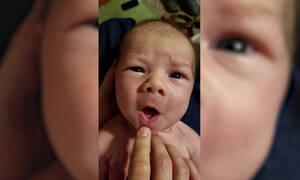 Μωράκι τραγουδάει τα κάλαντα και «τρελαίνει» το διαδίκτυο (vid)