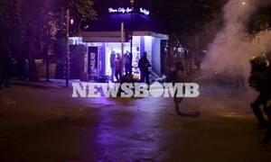 Επέτειος Γρηγορόπουλου: Απίστευτη «βουτιά» αστυνομικού για να πιάσει διαδηλώτρια