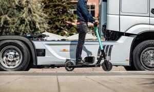 Τα ηλεκτρικά πατίνια γίνονται «ορατά» με το σύστημα Sideguard της Mercedes