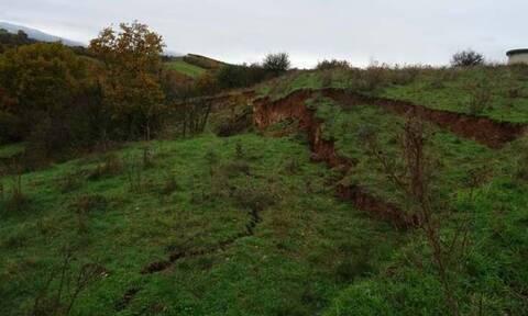 Εικόνες Αποκάλυψης στην Ελασσόνα: «Σκίζεται» η γη στα δυο! (pics)