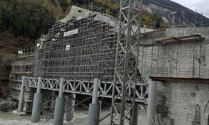 Όρθιο και πάλι το ιστορικό γεφύρι της Πλάκας – Τοποθετήθηκε η πέτρα-κλειδί (pics)