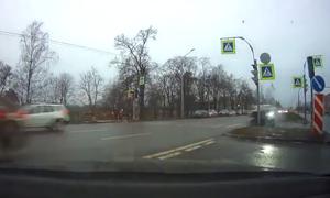 Συγκλονιστικό! Πήγε να στρίψει και αυτοκίνητο «έσκασε» στο παρμπρίζ του! (vid)