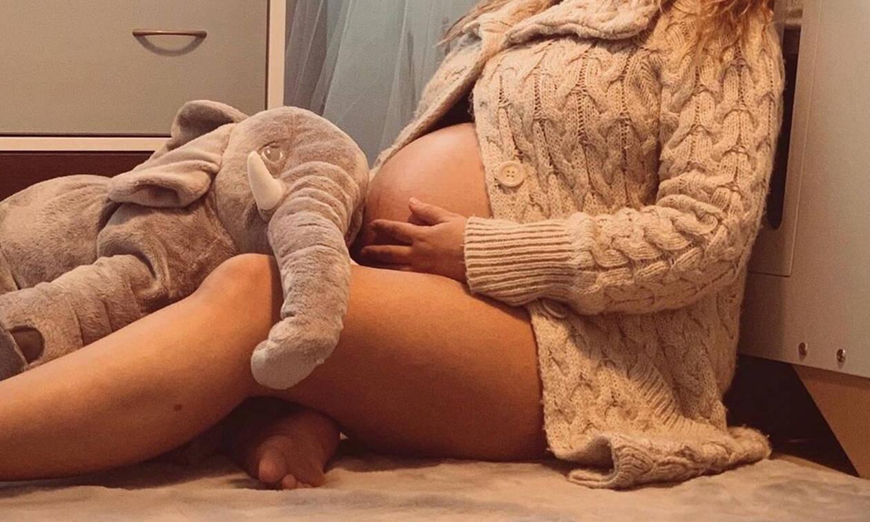 Από μέρα σε μέρα γεννάει και ποζάρει στο δωμάτιο του γιου της ημίγυμνη (Photos)